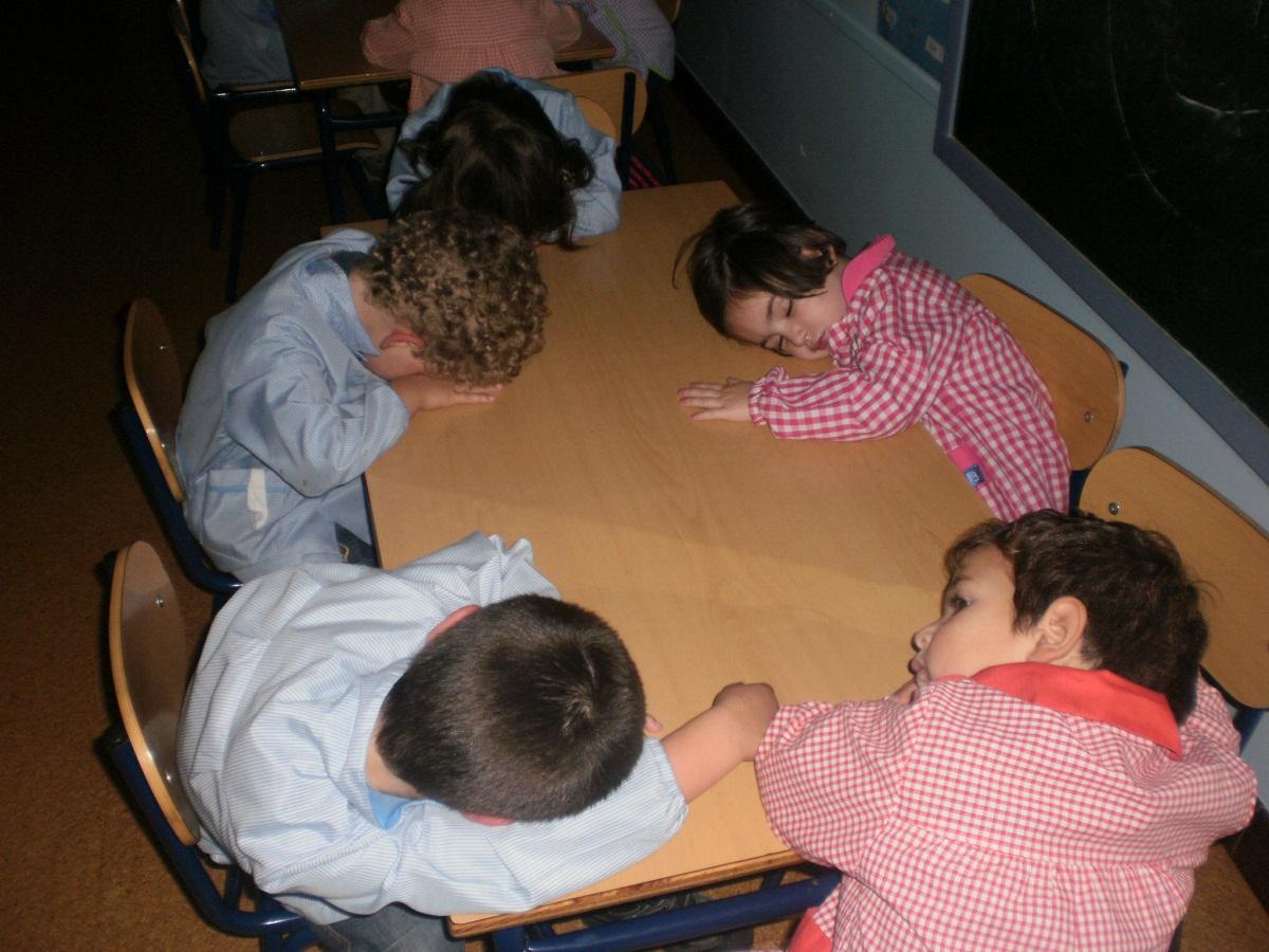 Los niños/as de 3 años descansando. | Eskolabarri Ikastetxea